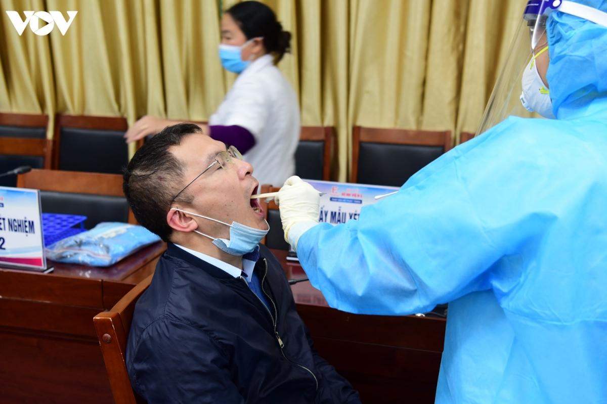 Việc xét nghiệm trải qua hai bước, bước đầu tiên là lấy dịch ở họng...