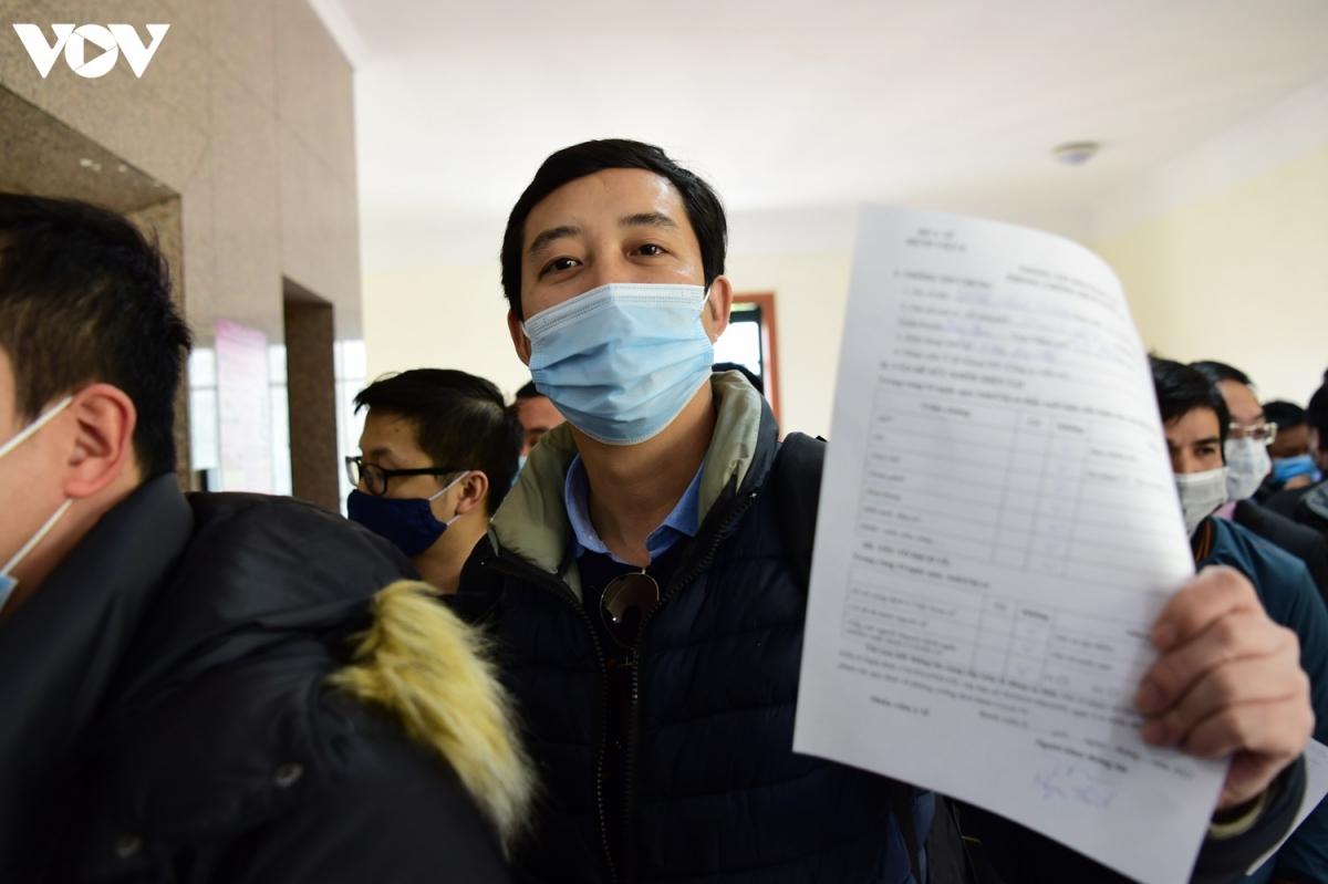 Các nhà báo điền thông tin cá nhân, tình hình sức khỏe và chờ đến lượt xét nghiệm.