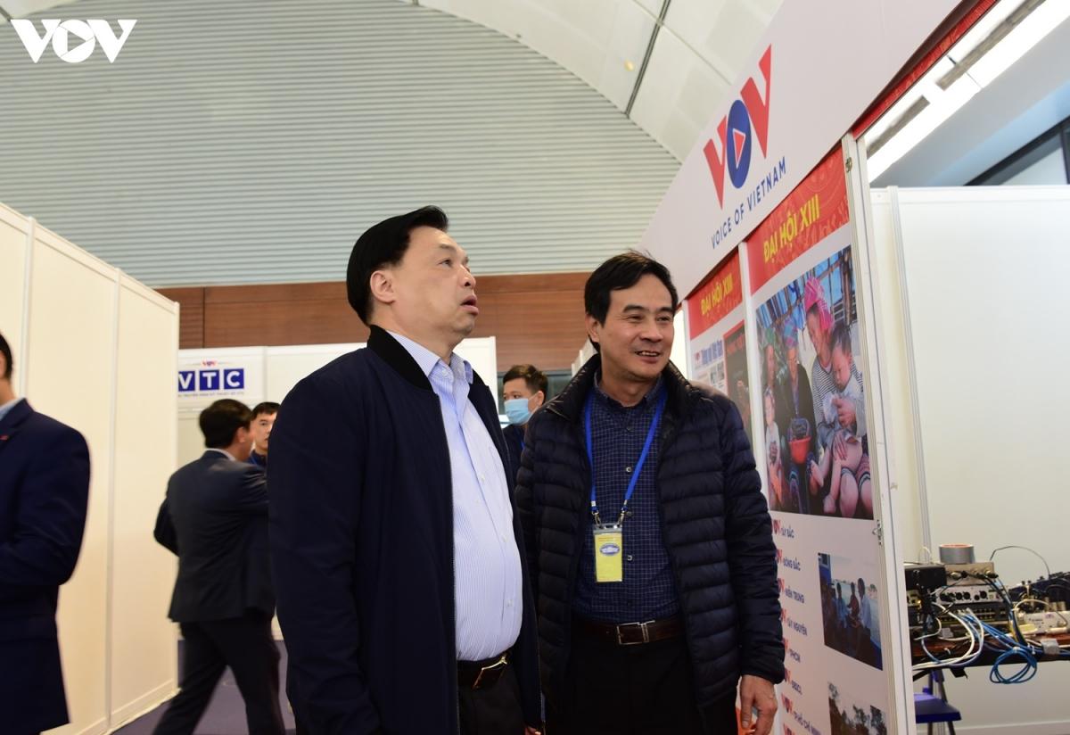 ÔngLê Mạnh Hùng, Phó Trưởng Ban Tuyên giáo Trung ương, Giám đốc Trung tâm báo chí Đại hội XIII kiểm tra khu làm việc của VOV tại Trung tâm Hội nghị Quốc gia (Ảnh: Trọng Phú)