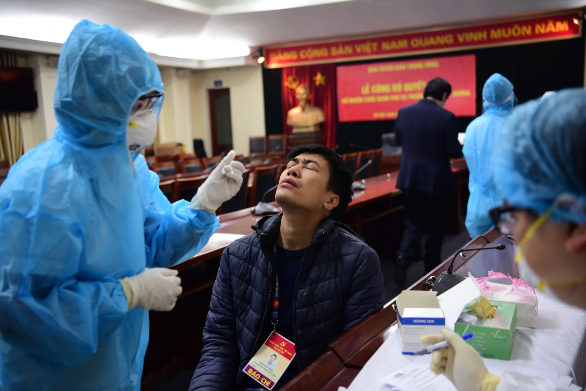 Quy trình xét nghiệm Covid-19 lần hai cho các phóng viên vẫn trải qua hai bước là lấy dịch ở mũi...