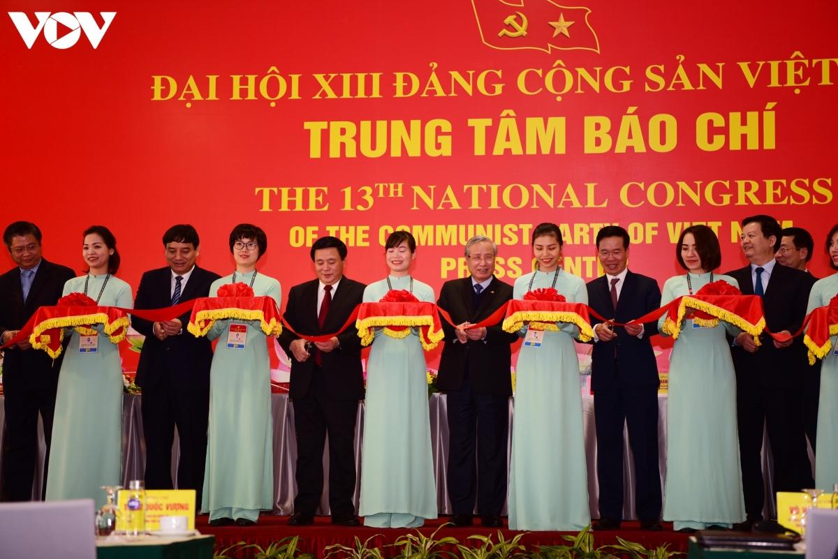 Các đại biểu cắt băng khai trương Trung tâm Báo chí Đại hội XIII của Đảng