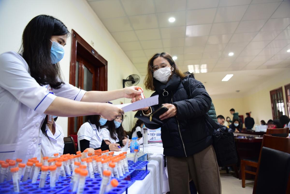 Sáng 23/1, gần 500 nhà báo, phóng viên đã tiến hành xét nghiệm Covid-19 lần thứ hai tại trụ sở Ban Tuyên giáo Trung ương (Nguyễn Cảnh Chân, Hà Nội). (Ảnh: Trọng Phú)