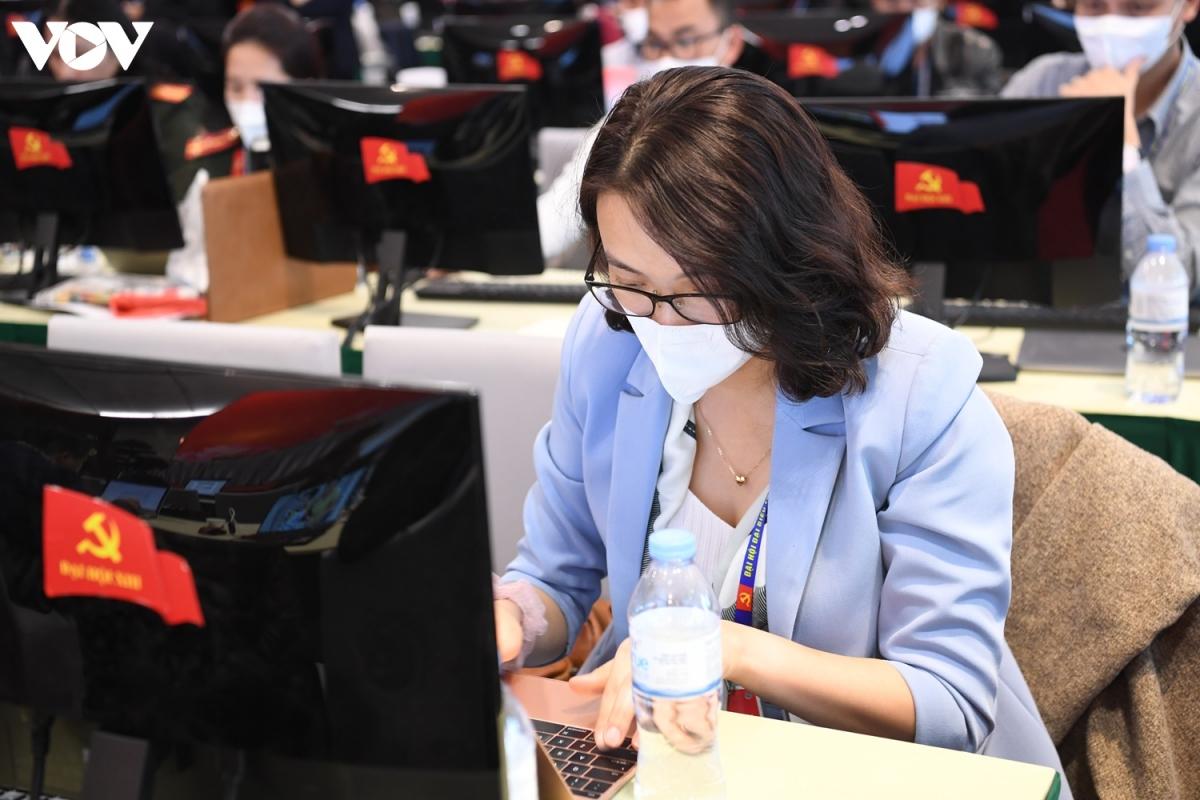Thông tin về số ca nhiễm COVID-19 bất ngờ tăng cao không ảnh hưởng nhiều đến tinh thần làm việc của các phóng viên tác nghiệp tại Đại hội Đảng XIII.