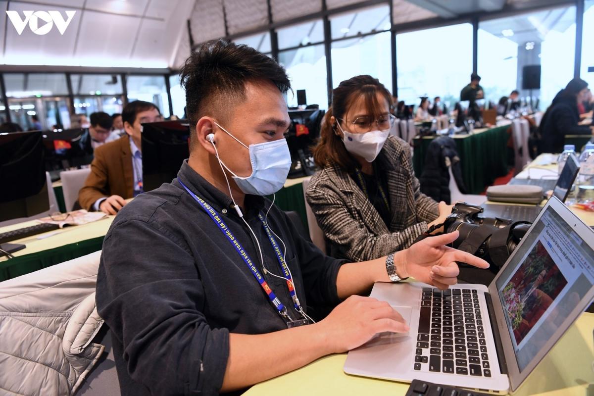 Ngay sau khi tiếp nhận thông tin mới về tình hình dịch, phần lớn các phóng viên đã tuân thủ các quy định như đeo khẩu trang, dùng nước khử khuẩn.