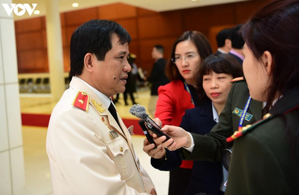 Đại biểu Đảng bộ Bộ Công an trả lời phỏng vấn phóng viên tại Đại hội Đảng lần thứ XIII. (Ảnh: Trọng Phú)