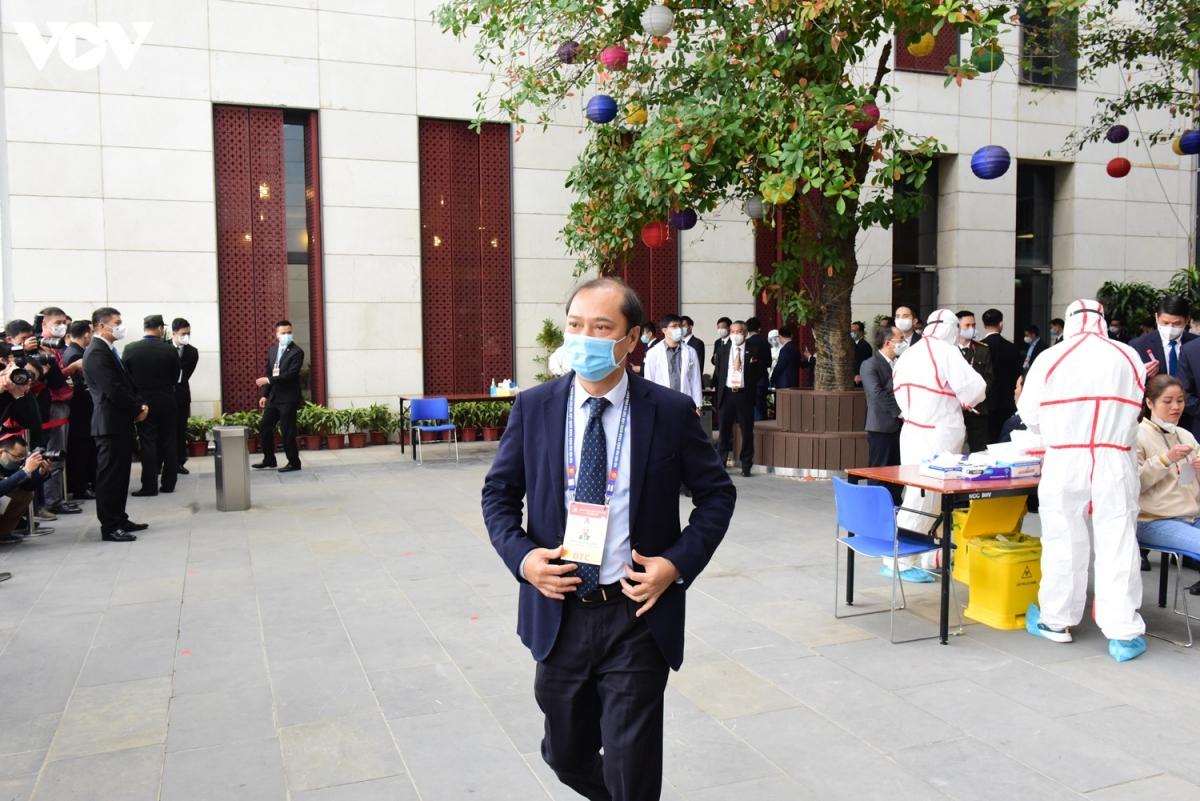Thứ trưởng Nguyễn Quốc Dũng sau khi hoàn tất phần lấy mẫu xét nghiệm của mình.