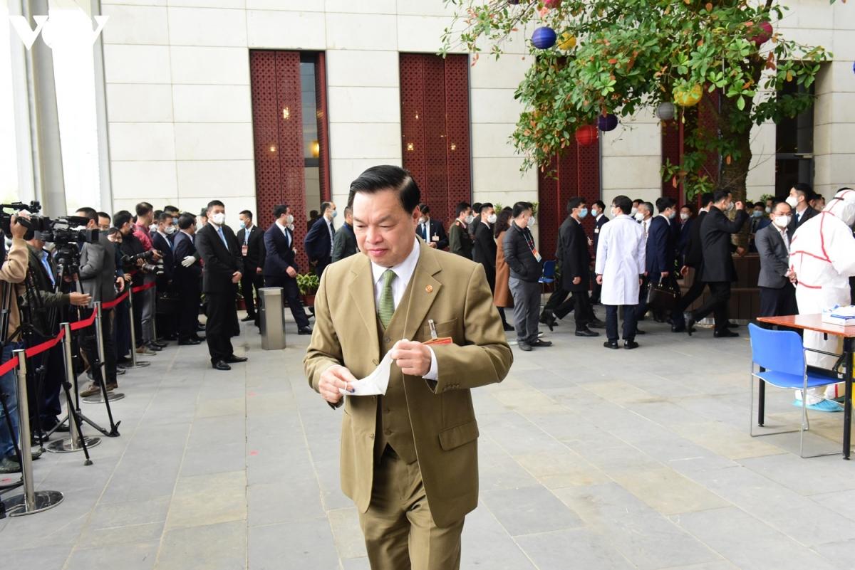 Giám đốc Trung tâm Báo chí phục vụ Đại hội Đảng lần thứ XIII, Phó Ban Tuyên giáo Trung ương Lê Mạnh Hùng sau khi hoàn thành phần lấy mẫu xét nghiệm Covid-19.