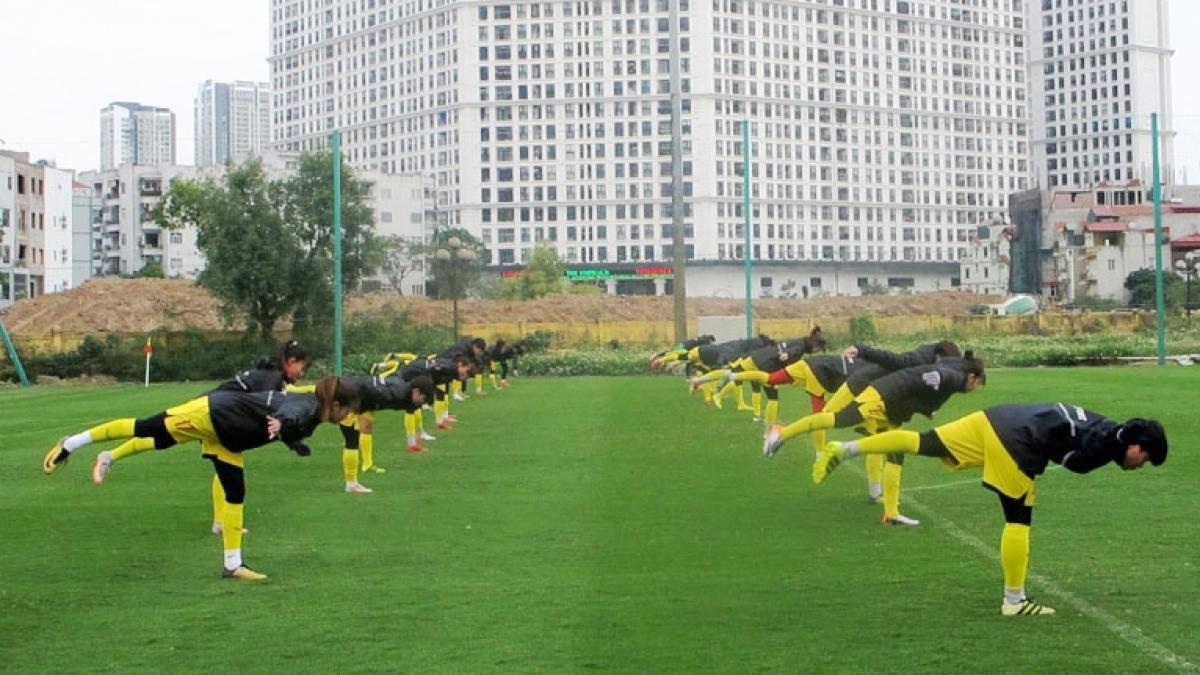 ĐT nữ Việt Nam tập luyện dưới thời tiết khắc nghiệt (Ảnh: VFF).