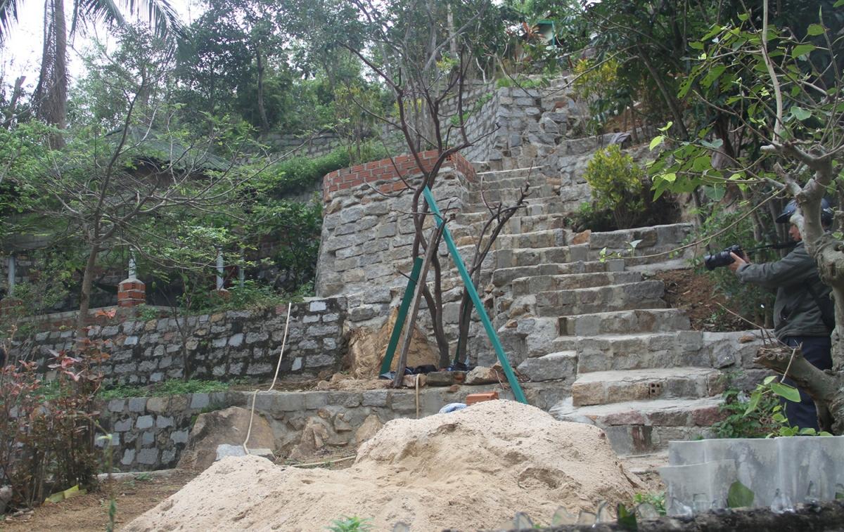 Đường lên bằng đá đang được sửa chữa.