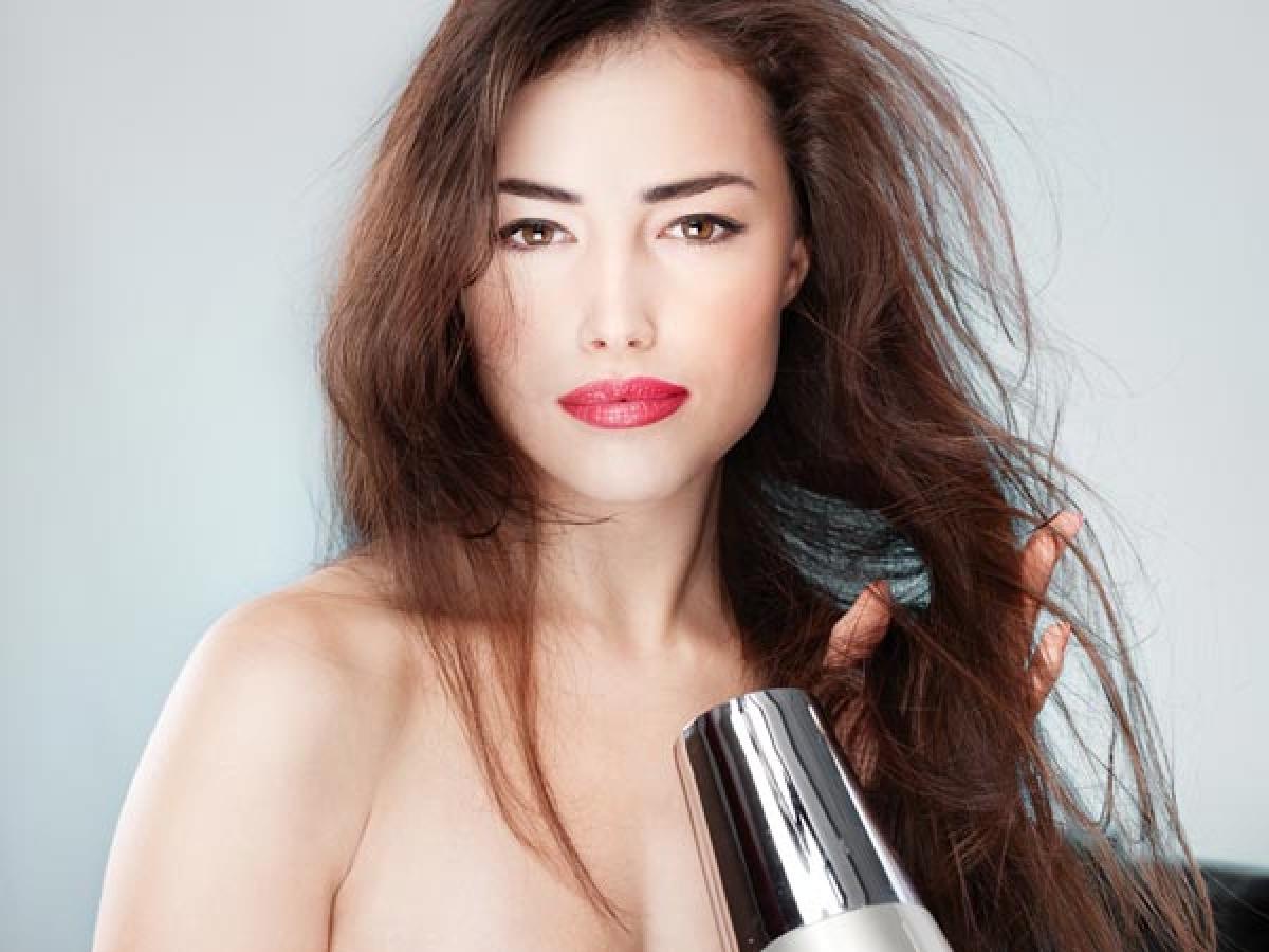 Tránh sấy nhiệt và tạo kiểu bằng nhiệt: Bạn nên tránh sử dụng các thiết bị chăm sóc và tạo kiểu tóc bằng nhiệt, bởi tóc nhuộm vốn yếu và dễ hư tổn, hơn nữa màu nhuộm cũng dễ phai dưới tác động của nhiệt.