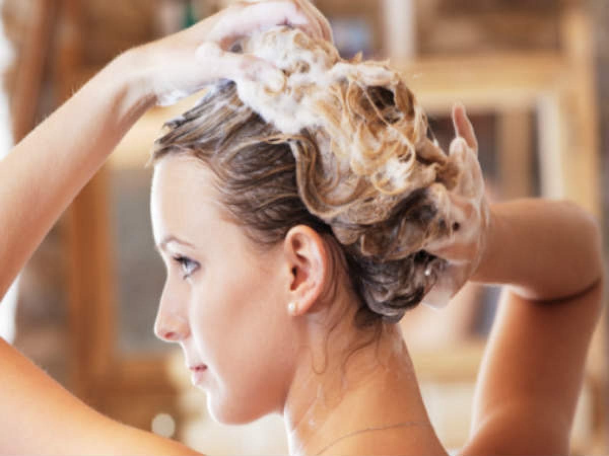 Không gội đầu với nước nóng: Nước nóng có thể khiến màu nhuộm phai nhanh vì nó khiến các phân tử màu nhuộm trên tóc trở nên rời rạc và dễ bị rửa trôi.
