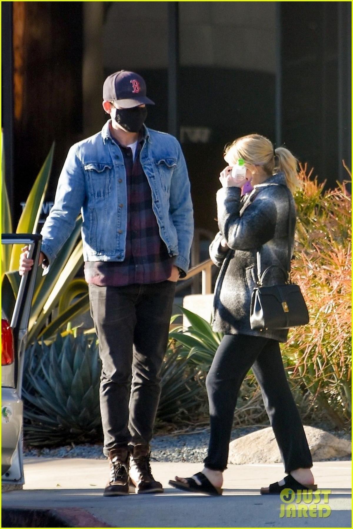 Emma Roberts giản dị ra phố cùng một người bạn ở Los Angeles vừa qua, sau 2 tuần hạ sinh con trai đầu lòng.