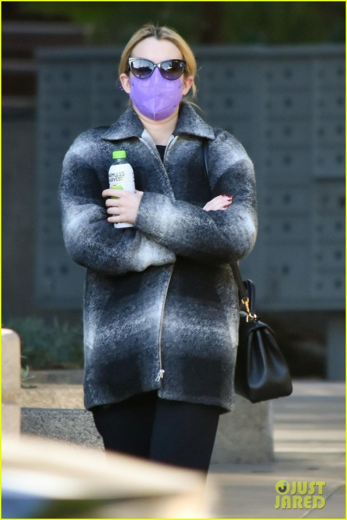 Nữ diễn viên tự tin để mặt mộc, mặc đồ giản dị, kín đáo ra phố.