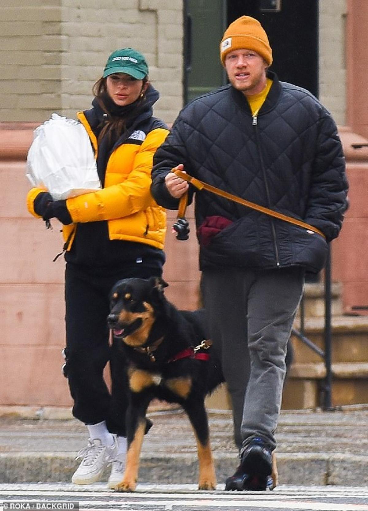 Emily Ratajkowski đang tận hưởng cuộc hôn nhân hạnh phúc, viên mãn bên ông xã Sebastian Bear-McClard.