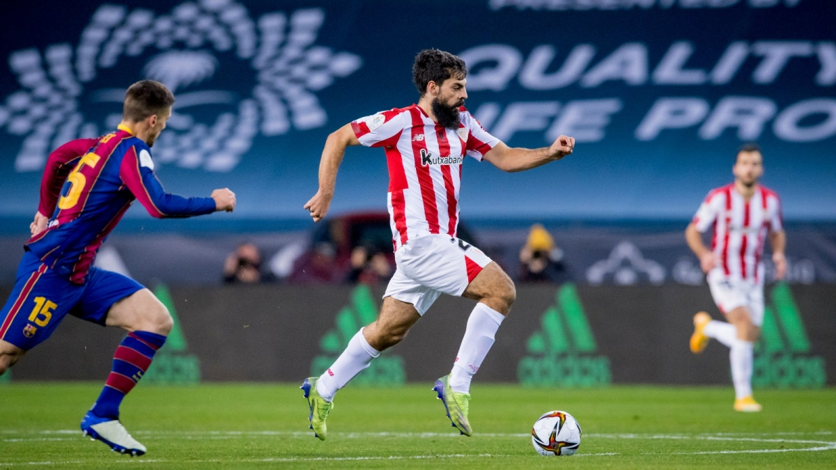 Asier Villalibre là người ghi bàn cứu rỗi Athletic Bilbao và cũng là người khiến Lionel Messi lĩnh thẻ đỏ. (Ảnh: Getty)