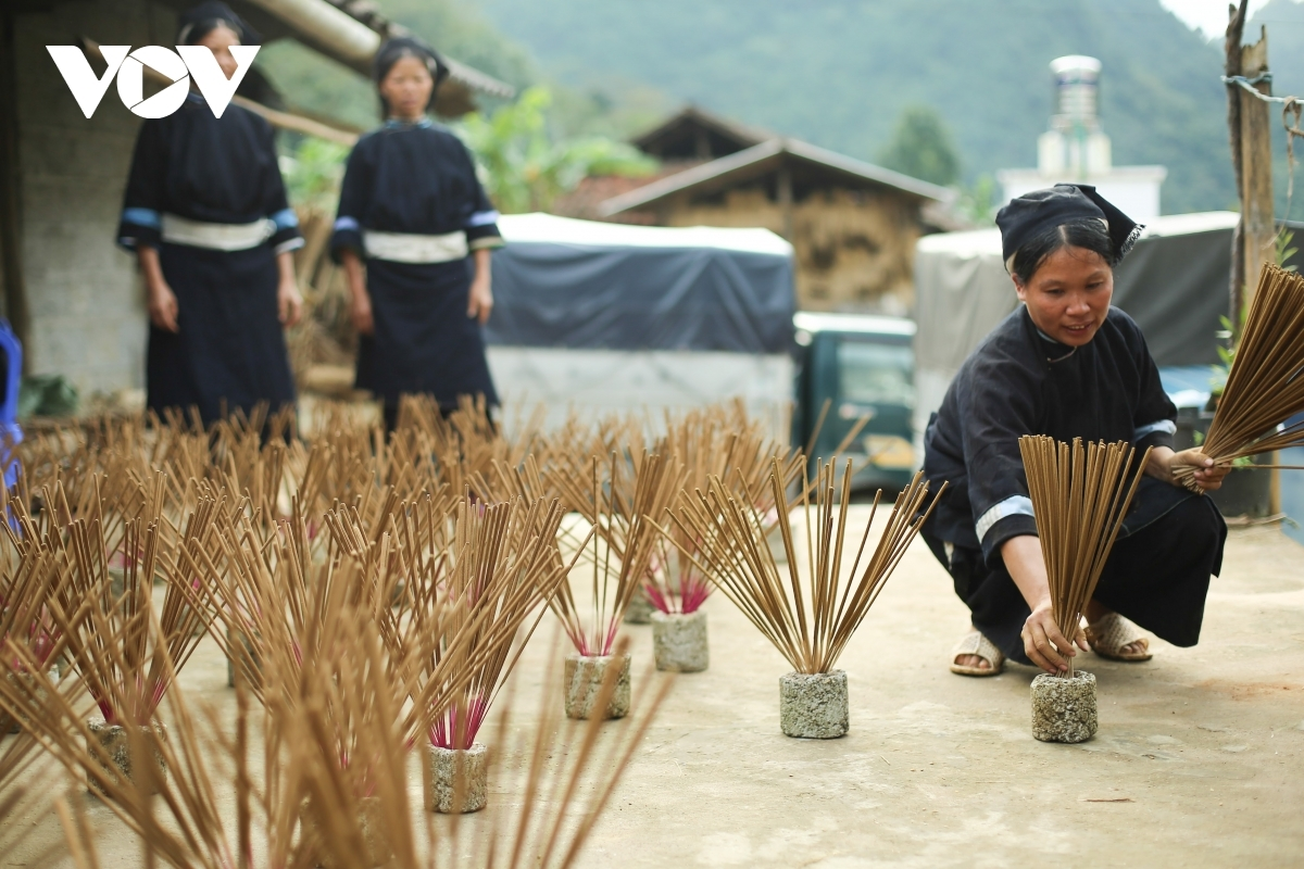 If the weather is sunny, the process may take a single day, if not then locals must spend up to three days trying to dry the incense.