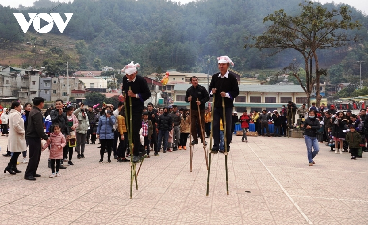 Both locals and tourists take part in the folk games.
