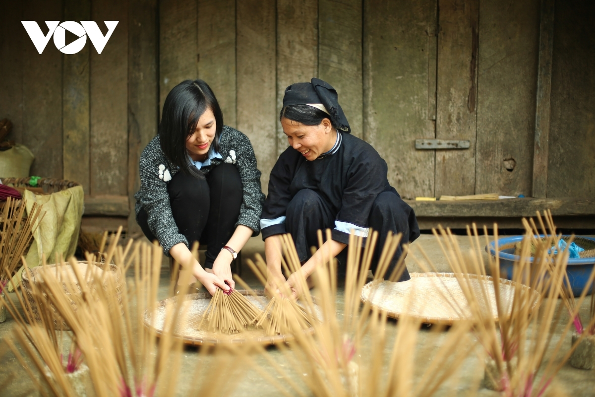 A tourist feels interesting when learning how to make incense in the locality.