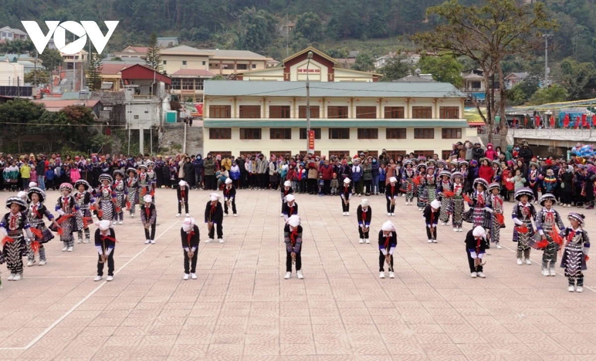 A performance of the Khen panpipe by ethnic students excites crowds.