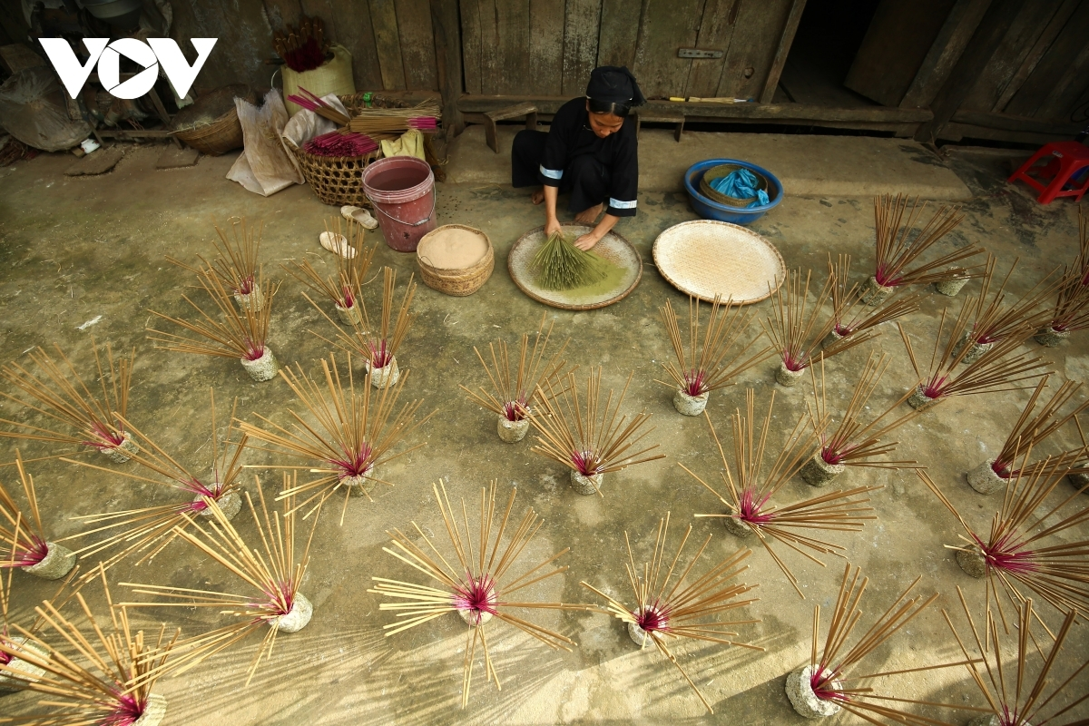 Residing in Phia Thap hamlet at the foot of Pha Hung mountain, the Nung ethnic minority people are renowned for producing agarwood incense sticks.