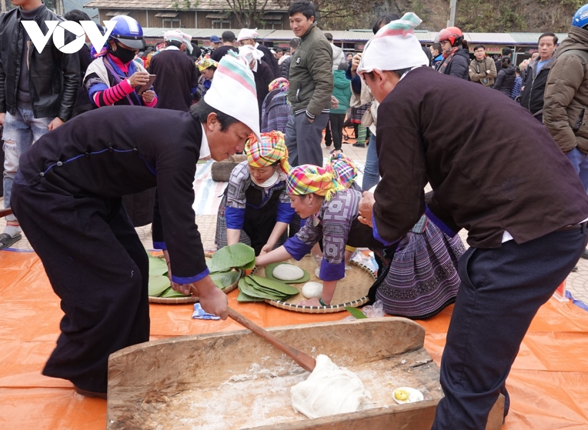 Pounding rice represents the most important step toward making a delicious cake.