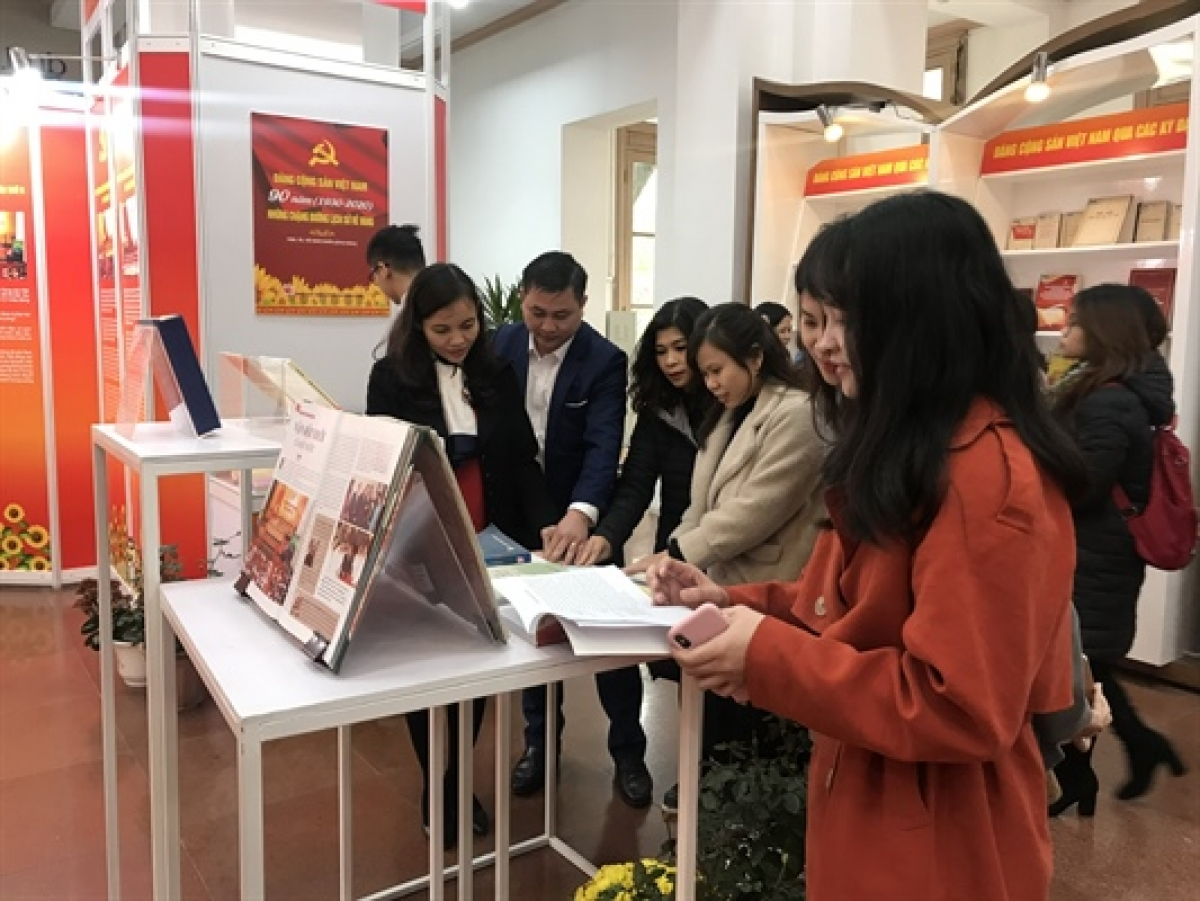 Guests can view an array of documents and items regarding the leadership of the Communist Party of Vietnam (CPV), along with the great contributions made by various Party General Secretaries from different eras.