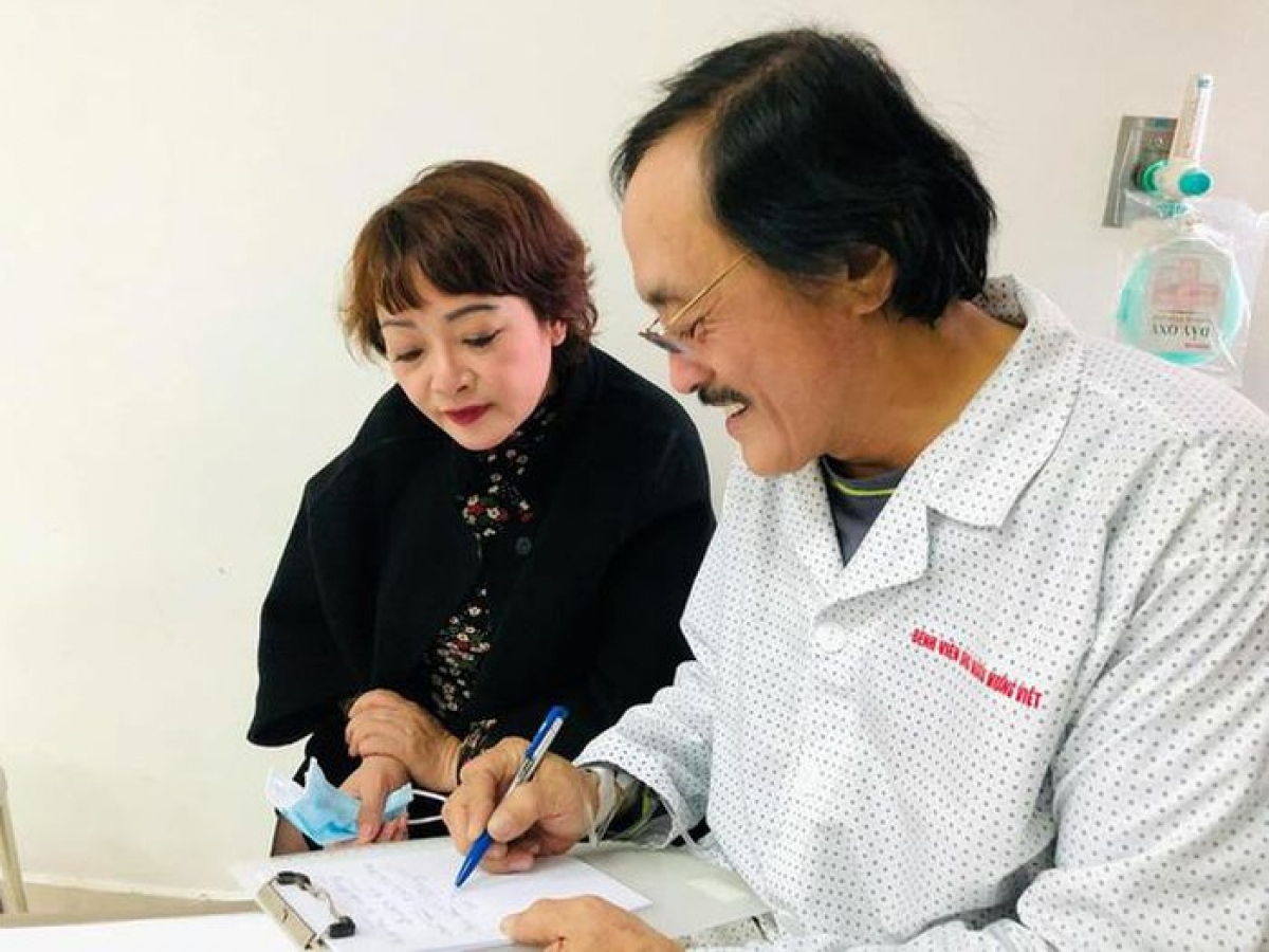 """Diễn viên Trà My vào thăm nghệ sĩ Giang """"còi"""""""