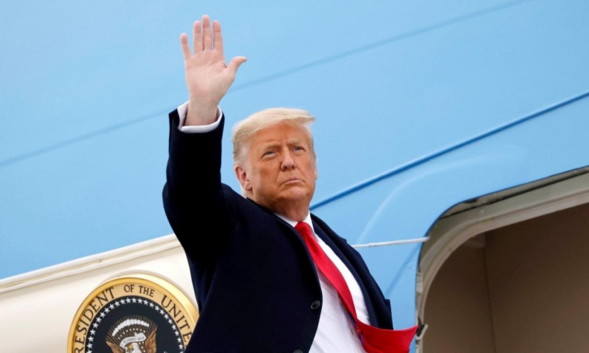 Tổng thống Trump lên chuyên cơ sau khi thăm tường biên giới ở Texas ngày 12/1. Ảnh:Reuters