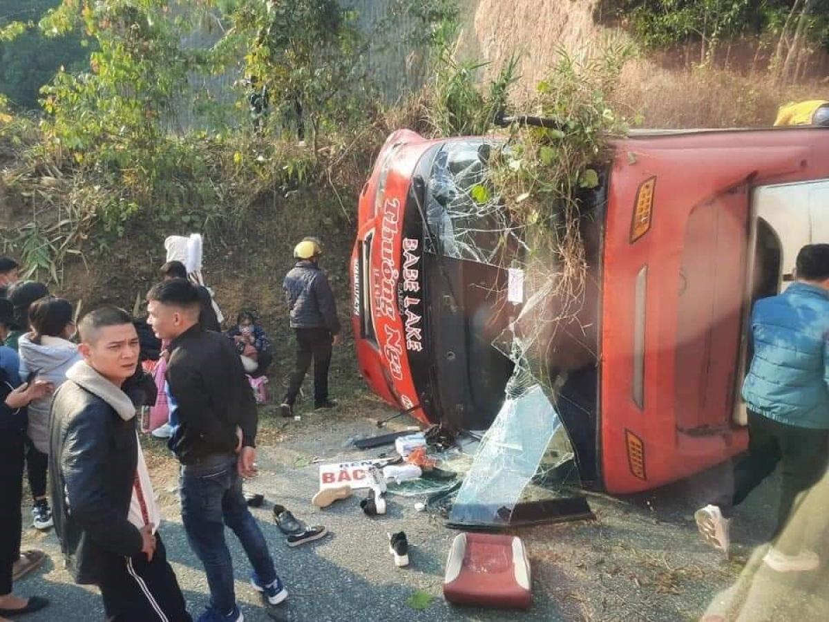 Hiện trường vụ lật xe của nhà xe Thưởng Nga khiến hành khách hoảng loạn.