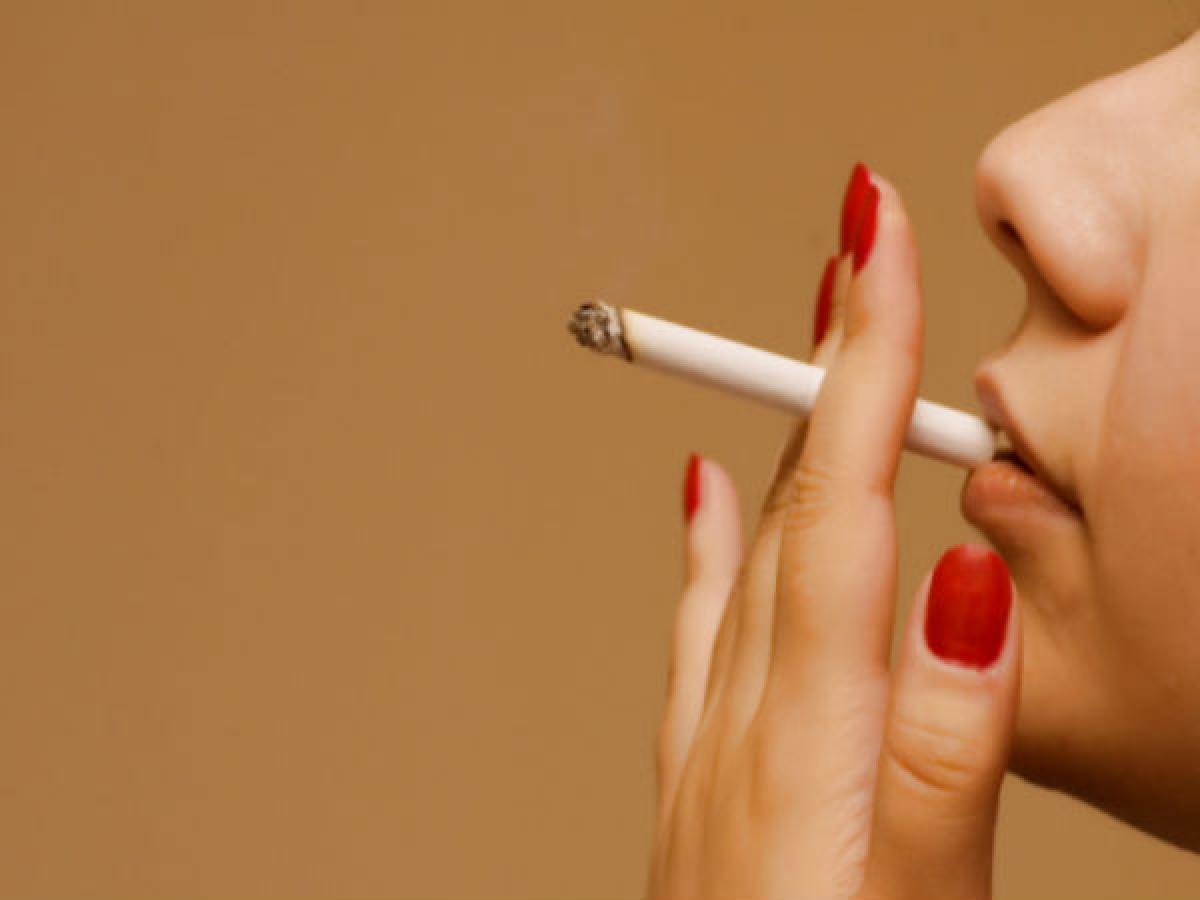 Hút thuốc lá: Một nghiên cứu cho thấy phụ nữ hút thuốc thường có hàm lượng progesterone và oestrogen thấp hơn, mà đây là nguyên nhân chính gây bốc hỏa.