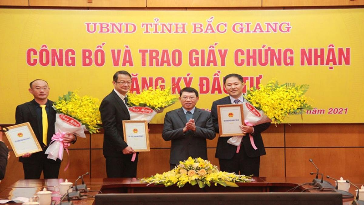 Chủ tịch UBND tỉnh Bắc Giang Lê Ánh Dương trao giấy chứng nhận đăng ký đầu tư cho các tập đoàn, doanh nghiệp - Ảnh: Báo Bắc Giang