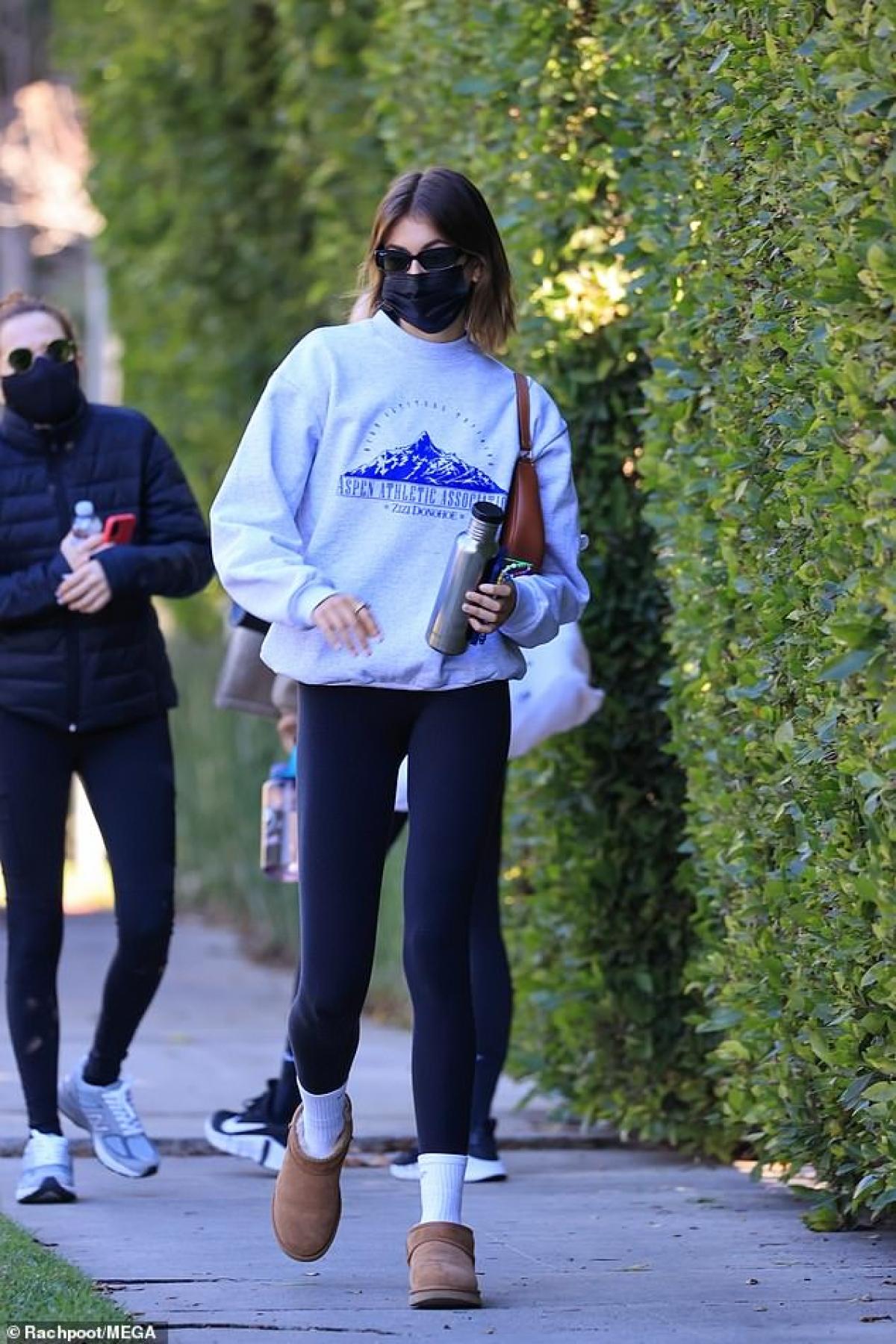 Kaia Gerber bị cánh săn ảnh bắt gặp khi đang đi tập thể dục buổi sáng ở Los Angeles ngày 26/1.