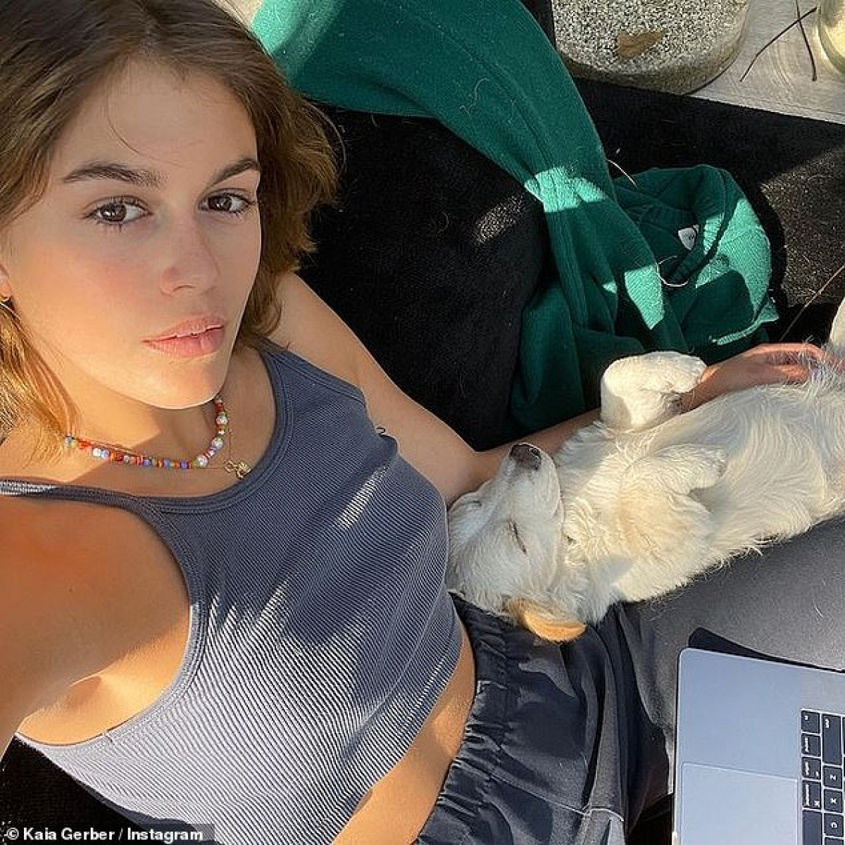 Hiện, người mẫu 19 tuổi cùng bạn trai sống tại Malibu, Mỹ.