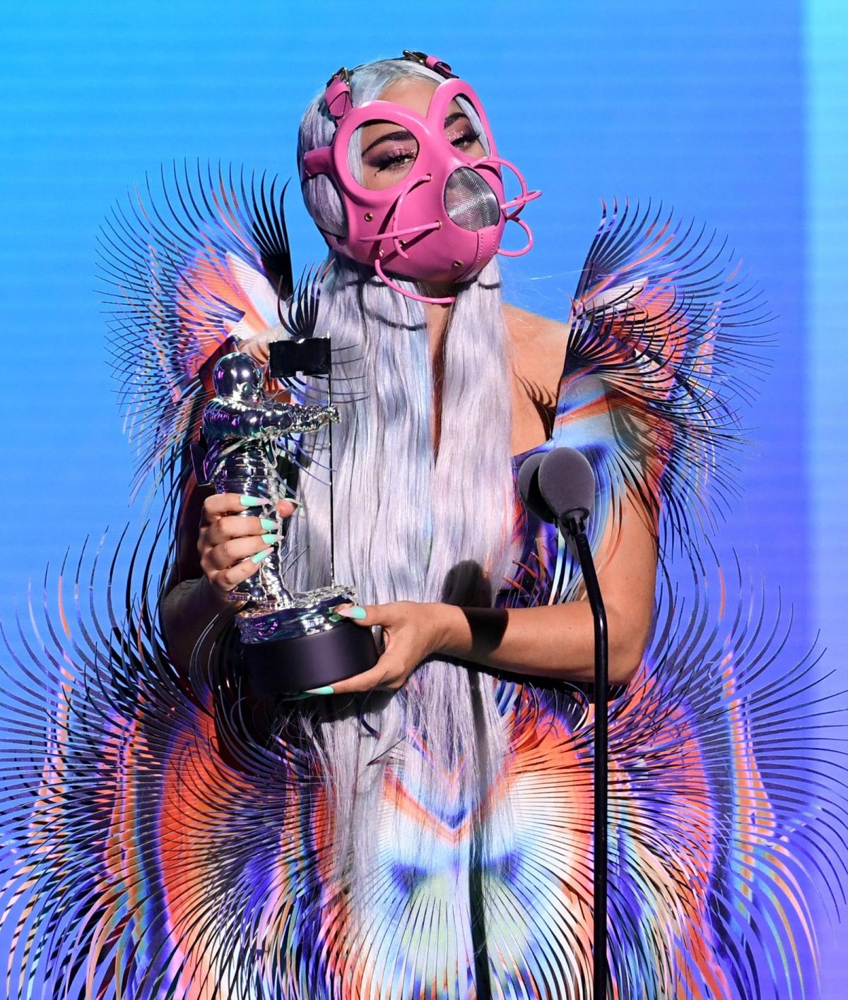 Lady Gaga xuất hiện với bộ cánh và phụ kiện nổi bật trong lễ trao giải MTV.