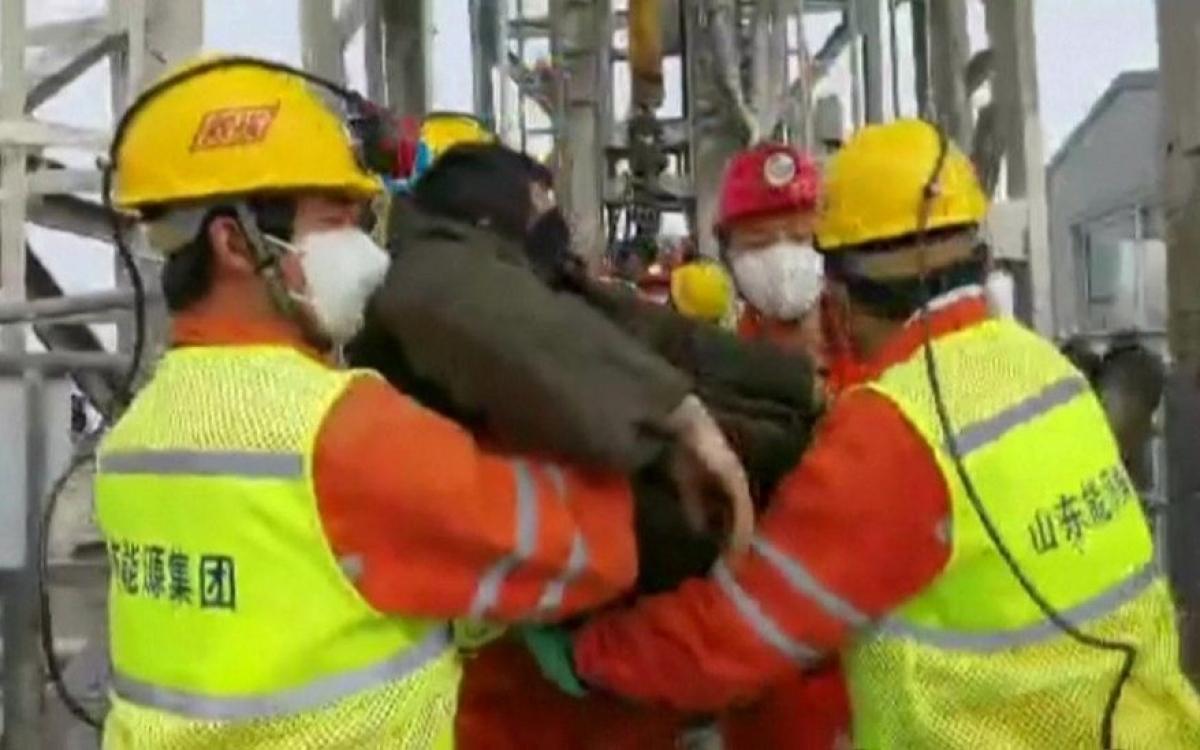 Giải cứu công nhân mỏ Trung Quốc. Ảnh: BBC.