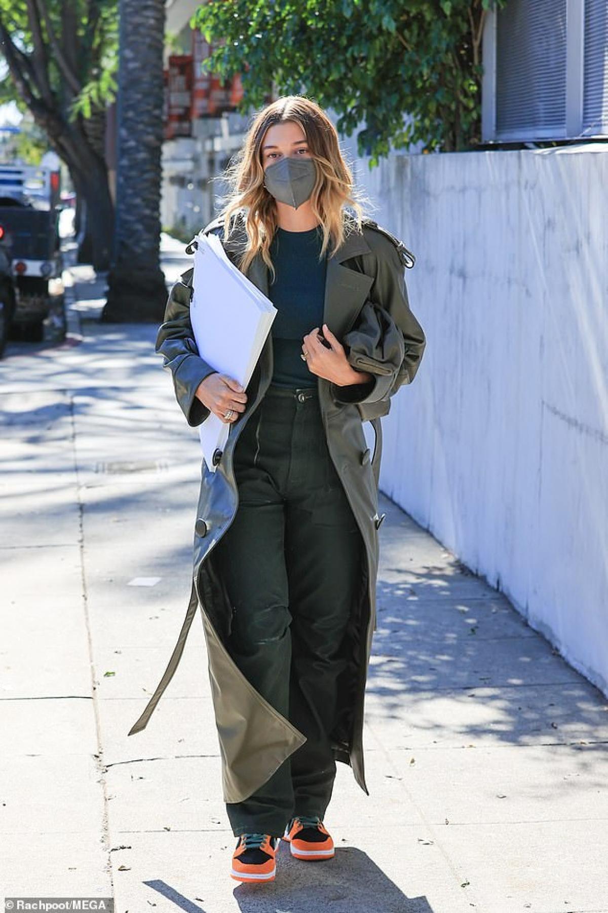 Hailey Baldwin năng động ra phố ở Los Angeles vừa qua.