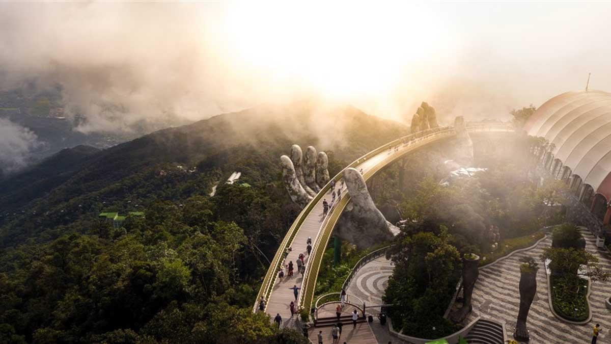 Cây Cầu Vàng với thiết kế như một dải lụa được nâng đỡ bởi đôi bàn tay khổng lồ rêu phong giữa lưng chừng núi.