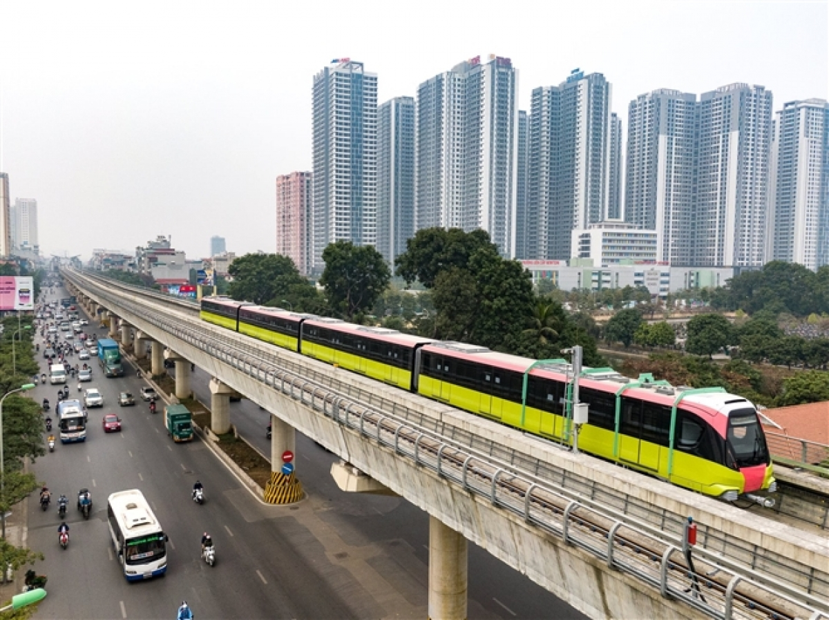 The 12.5-km metro route runs from Nhon Town in Nam Tu Liem District to Hanoi Railway Station in Dong Da District. Its first 8.5km long elevated section will be put into operation in the middle of the year. The remaining 4-km long underground section is under construction.