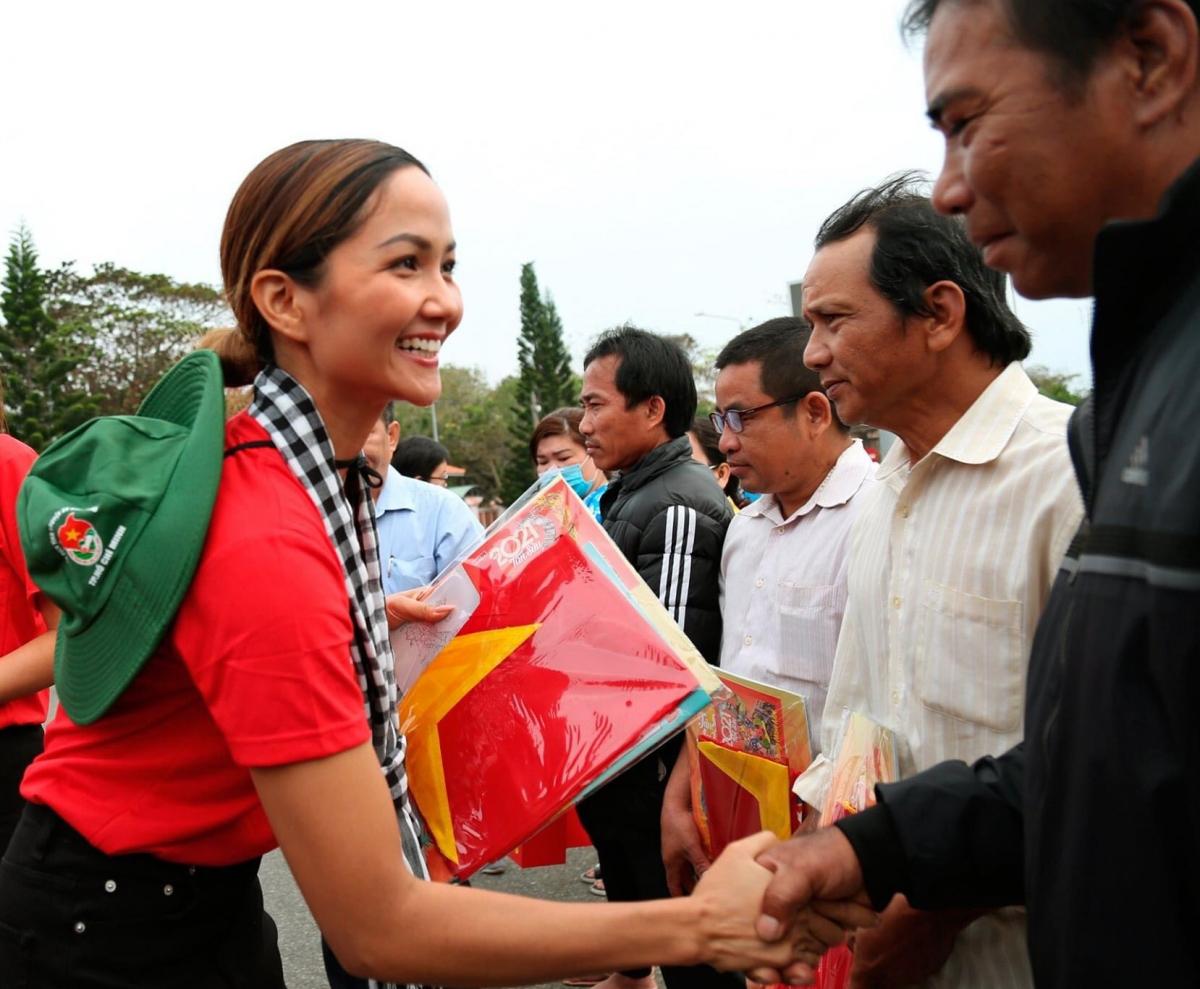 Cũng trong khuôn khổ chương trình, Hoa hậu H'Hen Niê và các khách mời đã đi thăm, tặng quà cho các cán bộ chiến sĩ và người dân ở Côn Đảo.