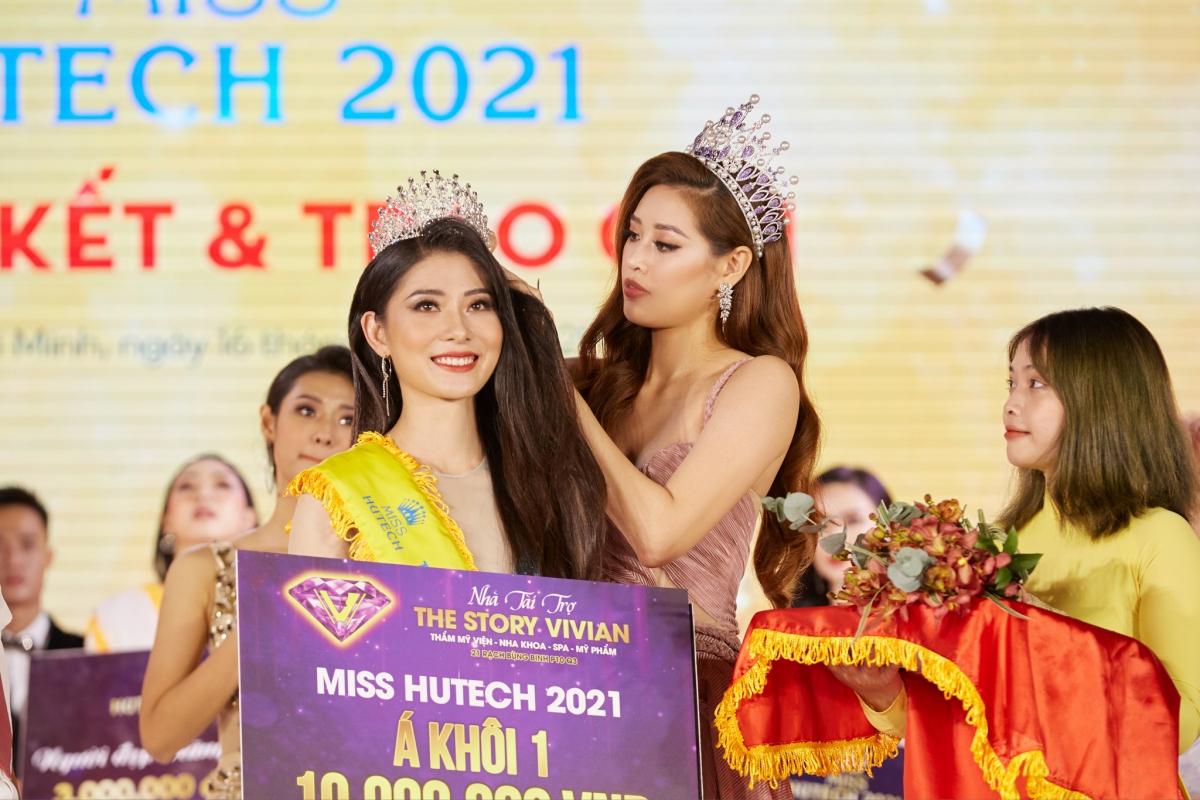 Hoa hậu Khánh Vân traovương miện và danh hiệu Á khôi 1 cho thí sinh Vũ Thị Phương Chinh.