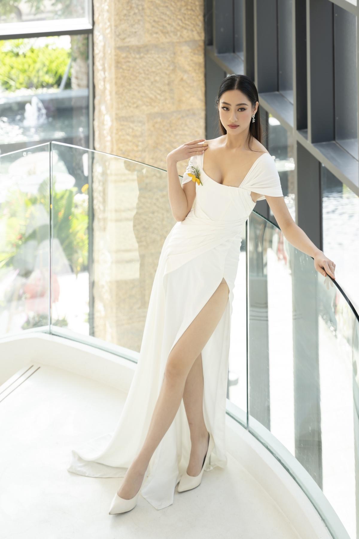 Lương Thuỳ Linh khéo léo chọn một bộ váy trắng vừa thanh lịch nhưng cũng không kém phần quyến rũ.