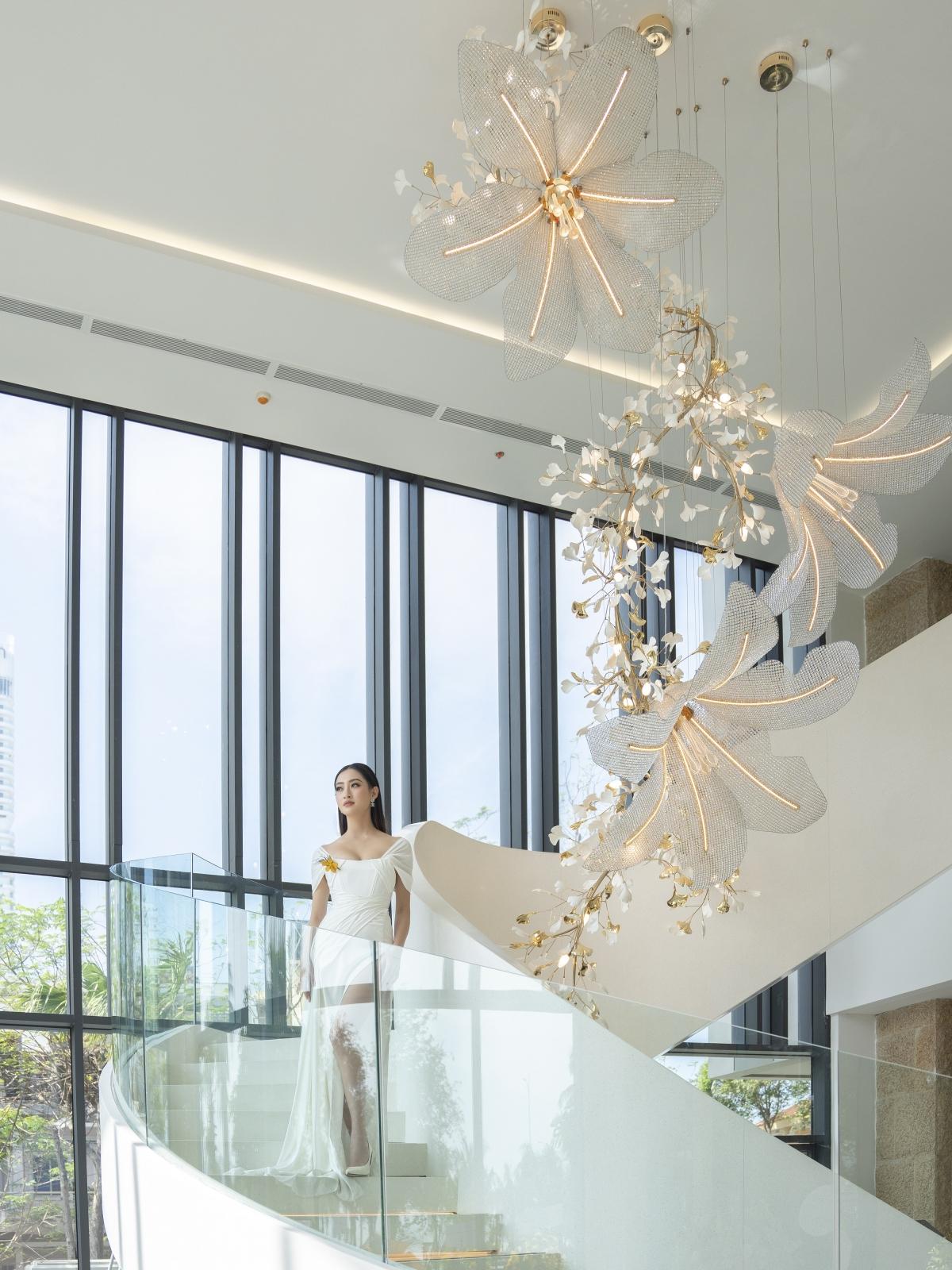 """Sau 1 năm đăng quang Miss World Vietnam 2019, Lương Thuỳ Linh được nhiều Nhà thiết kế """"chọn mặt gửi vàng"""" trên các sàn diễn thời trang hàng đầu với vị trí first face và vedette."""