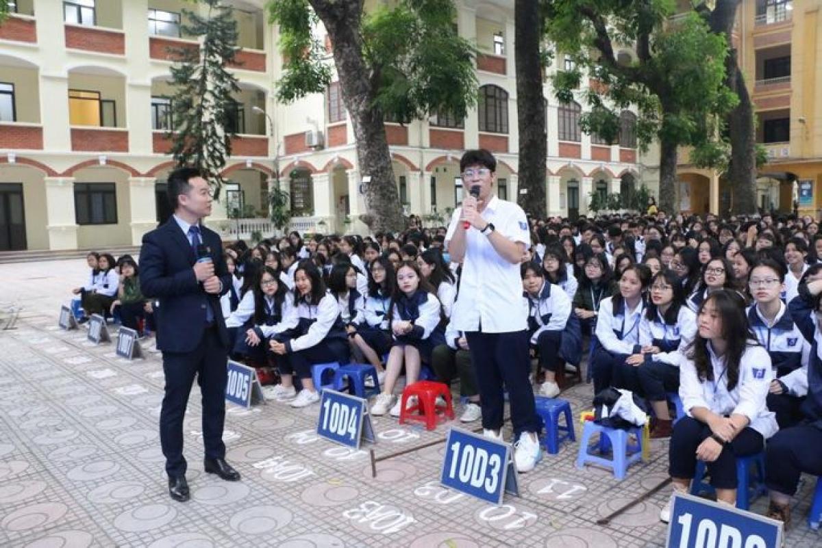Học sinh trường THPT Phan Đình Phùng Hà Nội được học về an ninh mạng với các Luật sư của Đoàn Luật sư Hà Nội. Ảnh: Đình Tuệ