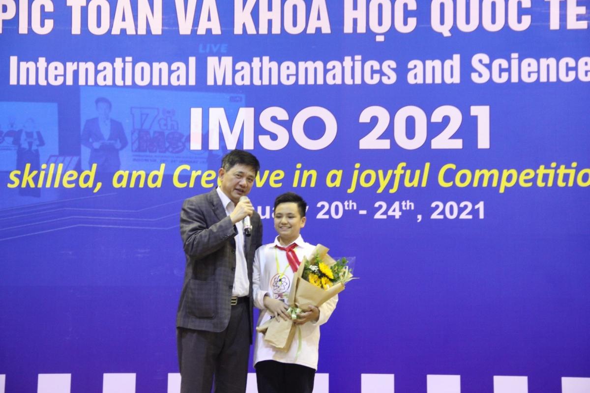 Ông Phạm Xuân Tiến, Phó Giám đốc Sở GD-ĐT Hà Nội và Nguyễn Tùng Lâm - học sinh Trường THCS Giảng Võ - thí sinh giành điểm cao nhất bài thi Khám phá của môn Toán học trong Kỳ thi.