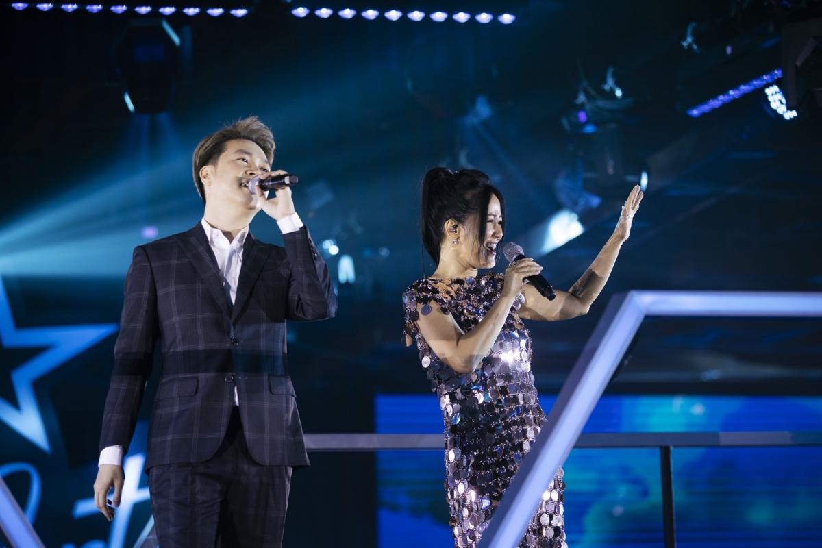 """Tối ngày 14/1, đêm diễn đầu tiên với chủ đề """"Làn Sóng Xanh's Hit"""" nằm trong chuỗi sự kiện âm nhạc đỉnh cao Stars By Night Party đã diễn ra thành công tại TP.HCM.Đây cũng là show ca nhạc được mong chờ đầu năm 2021 khi quy tụ dàn ca sĩ gạo cội đến các gương mặt trẻ được khán giả yêu mến trong các năm gần đây. Những cái tên góp mặt trong đêm diễn tối qua gồm Diva Hồng Nhung, ca sĩ Lam Trường, Lê Hiếu, rapper Karik, rapper JustaTee, Lều Phương Anh, Nguyễn Hồng Nhung."""