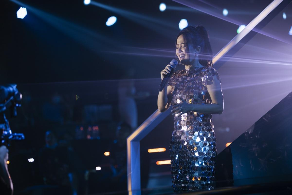 """Không chỉ có Lam Trường gửi đến các bài hát vang danh một thời, mà Diva Hồng Nhung cũng làm khán giả thích thú khi trình diễn các bài hát """"làm mưa làm gió"""" Làn sóng xanh."""