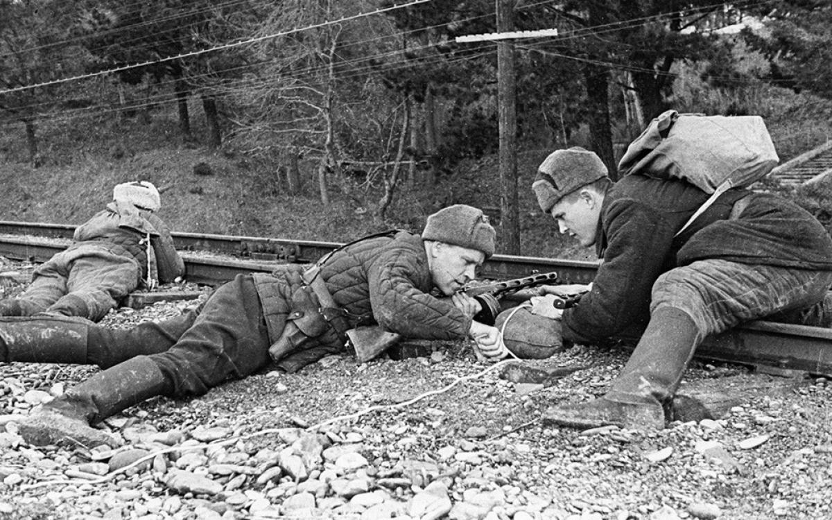Chiến sĩ Hồng quân tiến hành phá hoại hệ thống đường ray của địch. Ảnh: Sputnik.