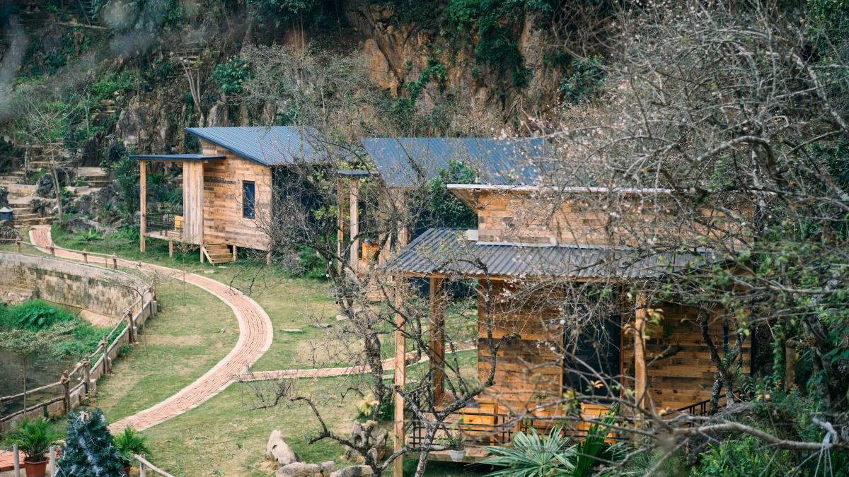 Với những ngôi nhà mộc hoài cổ, một hồ nước xinh xắn trong khuôn viên và được bao quanh bởi cảnh quan thiên nhiên tuyệt đẹp, House by Lake là điểm lưu trú lý tưởng hợp túi tiền cho những người yêu thiên nhiên khi đến thăm Mộc Châu.