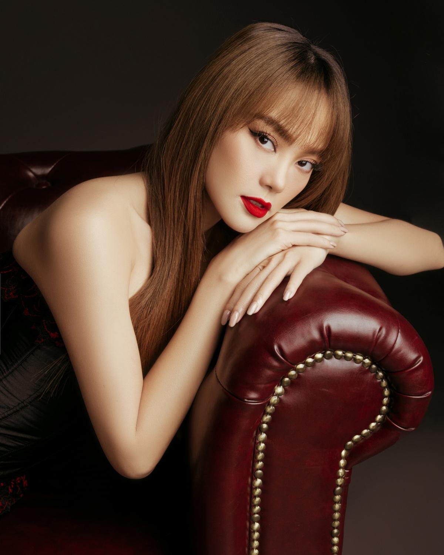 Minh Hằng hóa thân thành một nhà thiết kế nổi tiếng với vẻ ngoài quyến rũ.