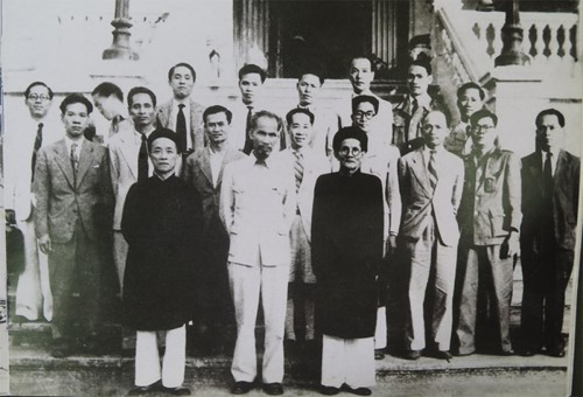 Chủ tịch Hồ Chí Minh và cụ Huỳnh Thúc Kháng (hàng đầu, thứ nhất từ phải sang) trong Chính phủ đầu tiên của nước Việt Nam Dân chủ Cộng hòa. Ảnh tư liệu.